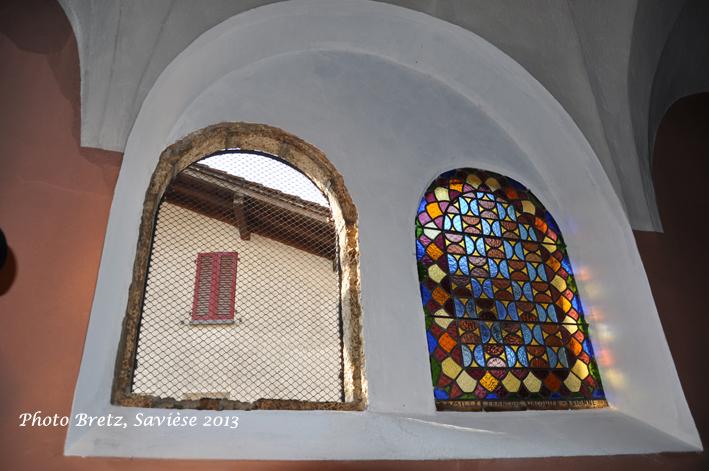 Dépose d'un petit vitrail du passage latéral sud, église